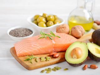 Zdravé stravování zahrnuje ryby, zeleninu i avokádo.