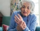 Seniorka s revmatoidní artritidou na rukou