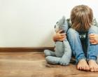 dítě_plyšák_chlapec_kluk_smutek_týrání_násilí_pláč