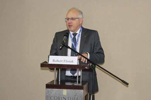 Profesor Robert Flisiak při přednášce o léčbě HCV v Polsku. Fig. 2. Professor Robert Flisiak presenting his lecture on treatment of HCV in Poland.