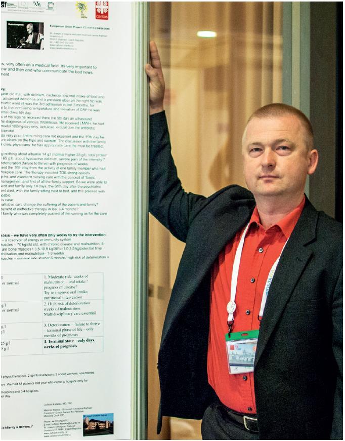 MUDr. Ladislav Kabelka prezentuje poster. Foto: archiv ČSPM
