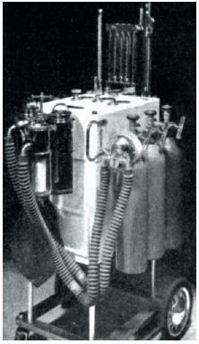 Narkotizační přístroj Vatra N 3 s původními průtokoměry pro N<sub>2</sub>O a CO<sub>2</sub>, s tonometrem, s vodním manometrem na PEPP a se 2 pohlcovači CO<sub>2</sub>