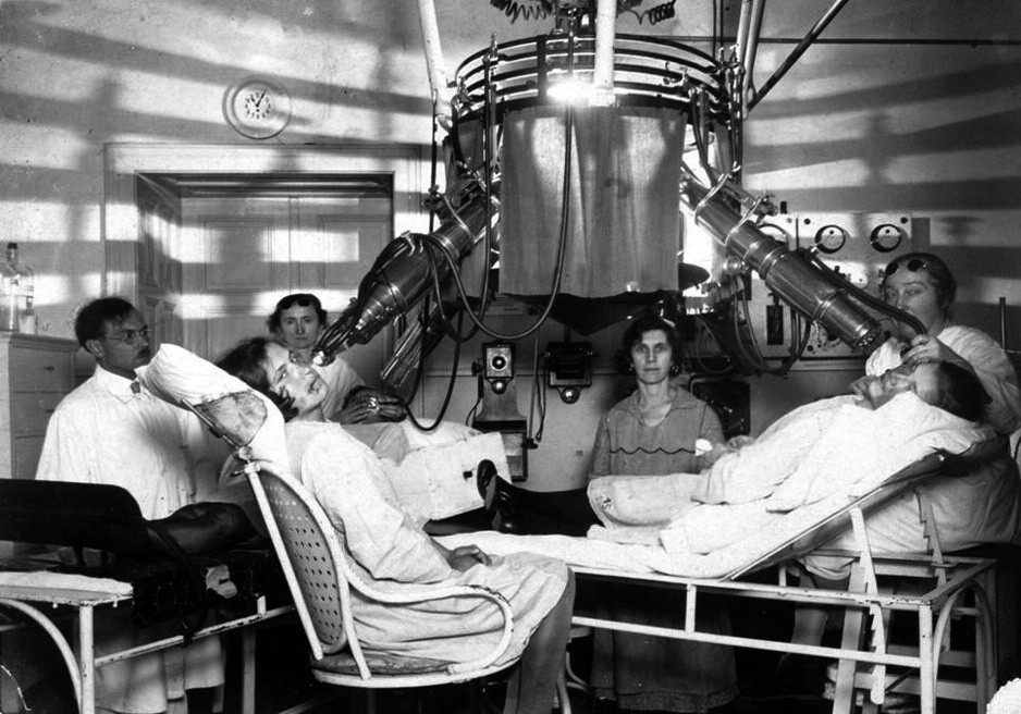 Finsenova lampa k dispozici na klinice již v roce 1922.