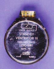 """První """"standby"""" kardiostimulátor firmy Cordis Corp. pracující v režimu VVT. Název Ventricor III-129C byl brzy změněn na Ectocor. Přístroj byl vybaven 5 zinko-rtuťovými články a byl vyráběn v letech 1965–1967."""