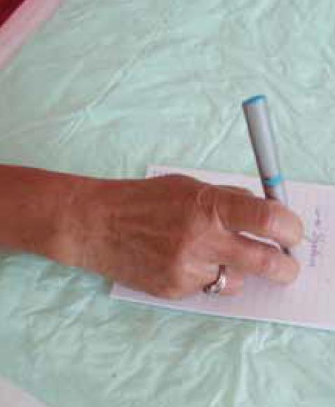 Obr. 5. Písařská křeč u 48leté učitelky mateřské školy. Křečovité (dystonické) sevření tužky se objevuje pouze při psaní, takže je psaní zcela blokováno.