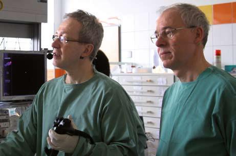 Björn Rembacken společně se Stanislavem Rejchrtem během endoskopického výkonu. Fig. 1. Björn Rembacken together with Stanislav Rejchrt during endoscopic procedure.