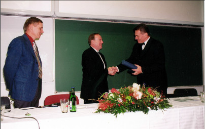 Děkan 3. LF UK v Praze, doc. MUDr. B. Svoboda, CSc. předává prof. Zwippovi Pamětní medaili