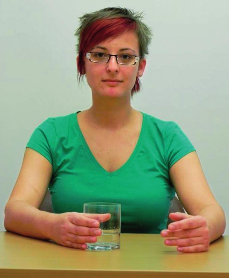Obr. 2a Startovací pozice pravé horní končetiny pro zvednutí ruky se sklenicí.