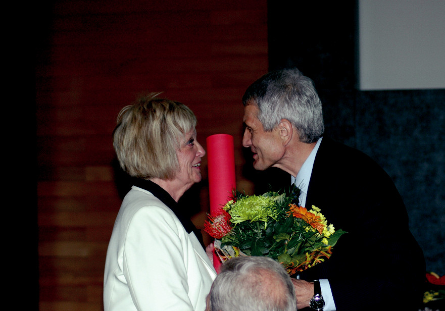 Oceněná ředitelka Zdena Drlíková s profesorem Rabochem při předávání čestného členství.