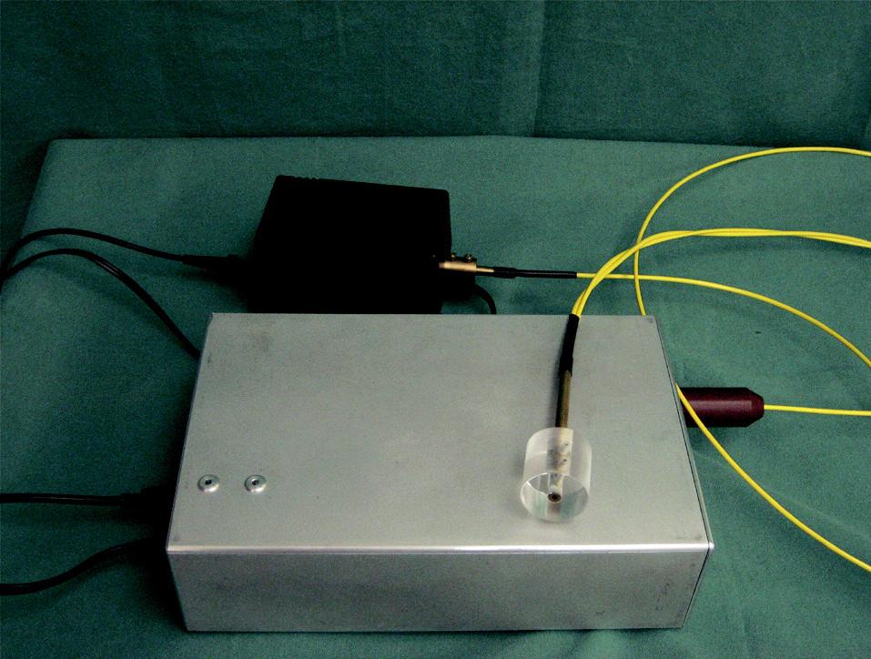 Difúzny reflexný spektrofotometer našej konštrukcie s  vyšetrovacou sondou.