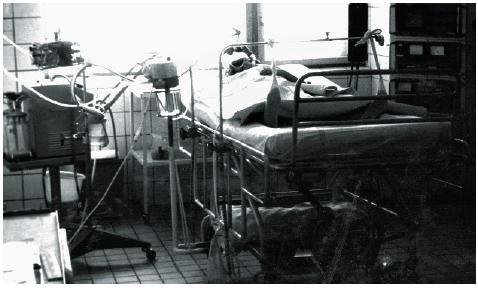 Izolační pokoj (vlevo odsávačka, ventilátor Bird, zvlhčovač Chiropar, vpravo monitorace)