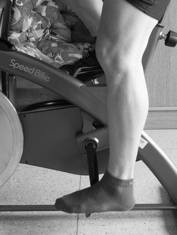 """Optimálni pozice hlezna, kolena a kyčle dolní končetiny """"po záběru"""" v """" dolní úvrati"""" kružnicové trajektorie pohybu pedálů: Při plné extenzi kyčle je lehká (30°) flexe kolene."""