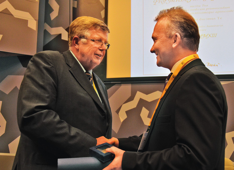 Předání bronzové medaile ČLS JEP prof. Pellantovi.