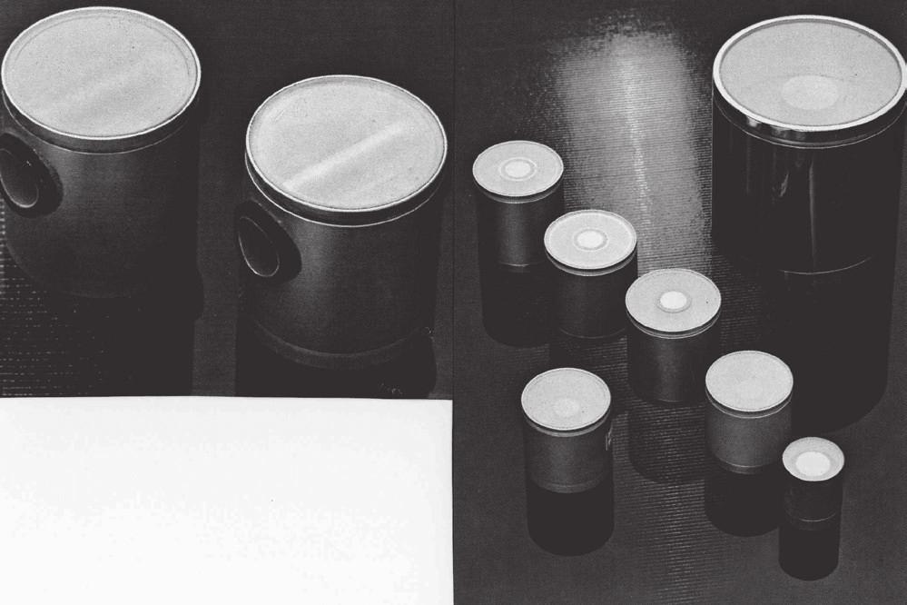 Scintilační detektory se studnou různých rozměrů typ SKW a příčně vrtané detektory, výroba VÚPJT, později Chemicals and Technology (nahoře)