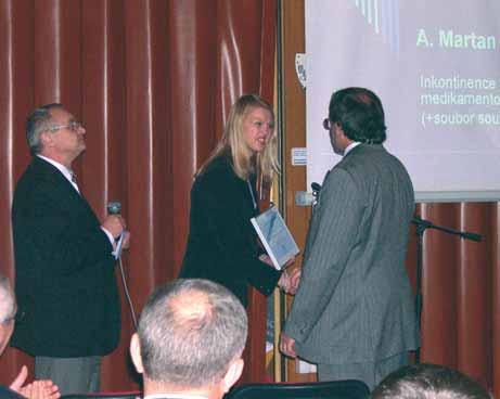 Prof. MUDr. A. Martan, DrSc. (vpravo), přebírá cenu společnosti za rok 2005.