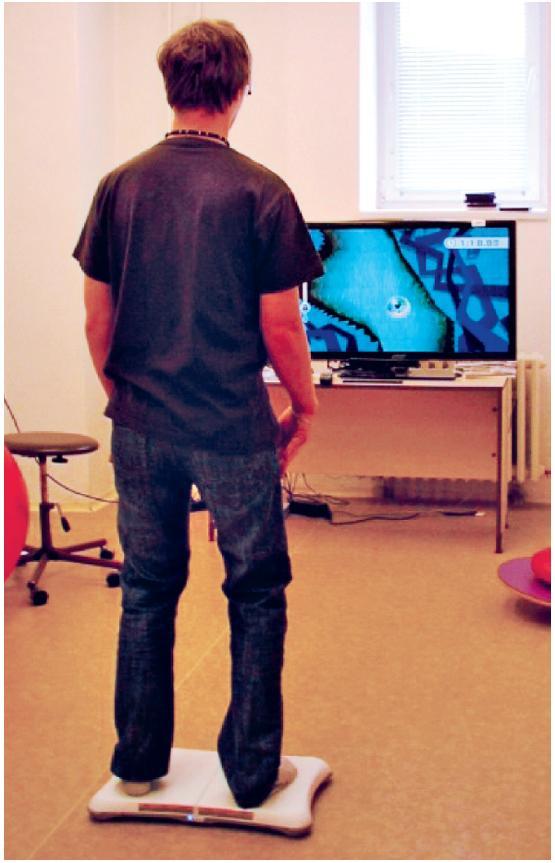 Korigovaný stoj na balanční plošině – hra Balance bubble videoherního systému Nintendo Wii s použitím Wii balanční podložky.