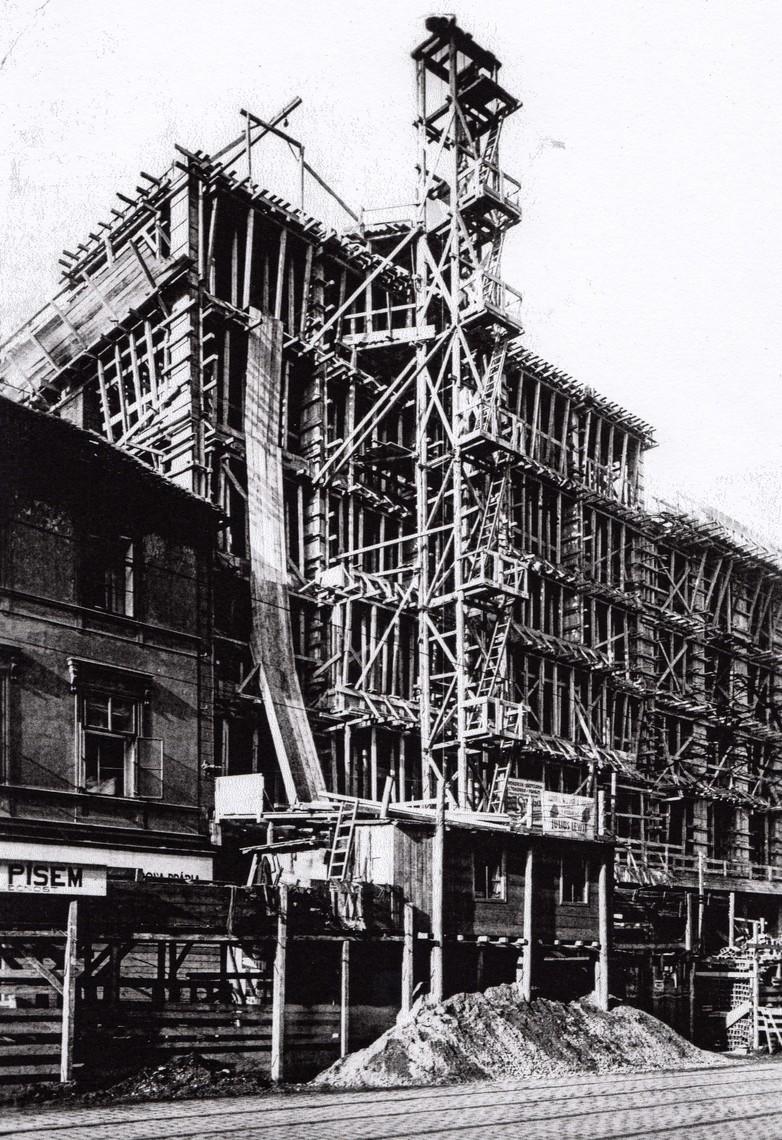 Pohled na staveniště nově budovaného Lékařského domu.