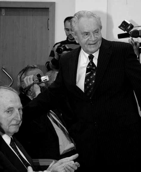 Pan docent Alois Kopecký v zajetí fotografů po svém úvodním vystoupení na semináři pořádaném k jeho 90. narozeninám v červnu 2010. Vlevo sedící prof. Otto Hrodek.