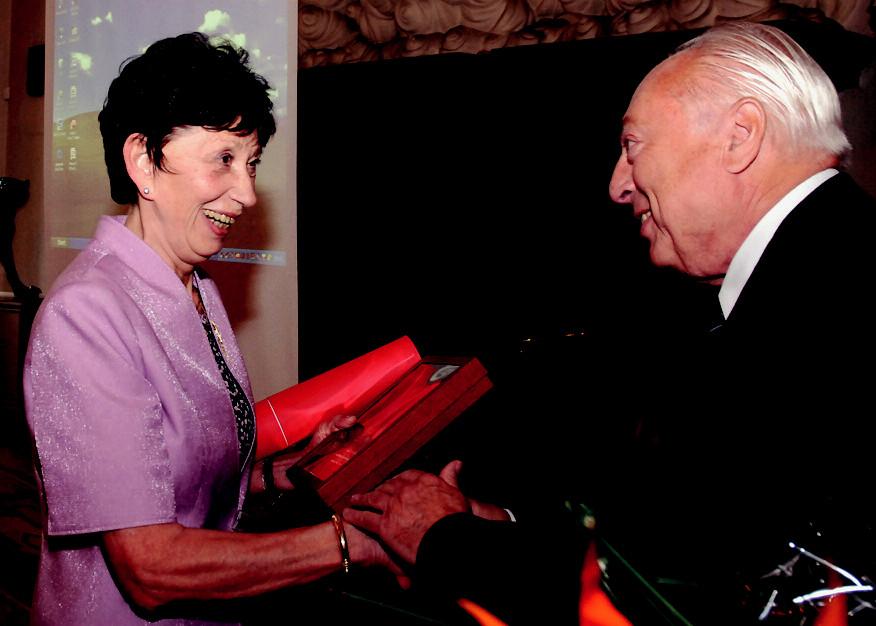 Prof. MUDr. Terezie Fučíková, DrSc., gratuluje prof. MUDr. Jaroslav Blahoš, DrSc., předseda ČLS JEP.