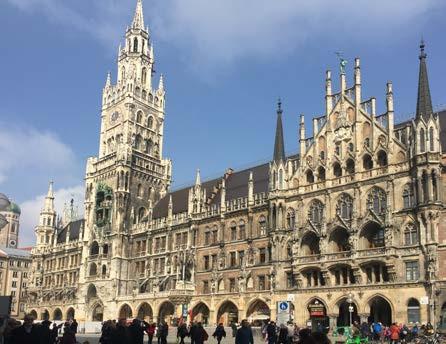 Nová radnice (Neues Rathaus) v Mnichově s jednou z největších zvonkoher (Glockenspiel) v Evropě, která vypráví dva historické příběhy z Bavorska šestnáctého století Fig. 1. The New Town Hall in Munich with one of the Europe's largest glockenspiels which is playing every day two historical stories from 16th century Bavaria