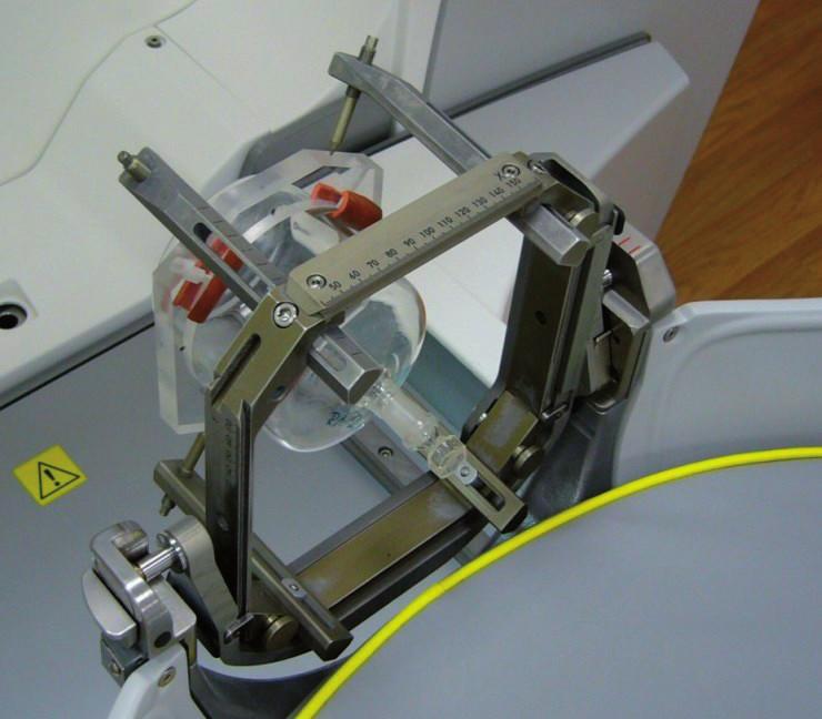 Nastavení ozařovacího objemu na Leksellově gama noži Perfexion pomocí speciálního držáku a Leksellova stereotaktického rámu.