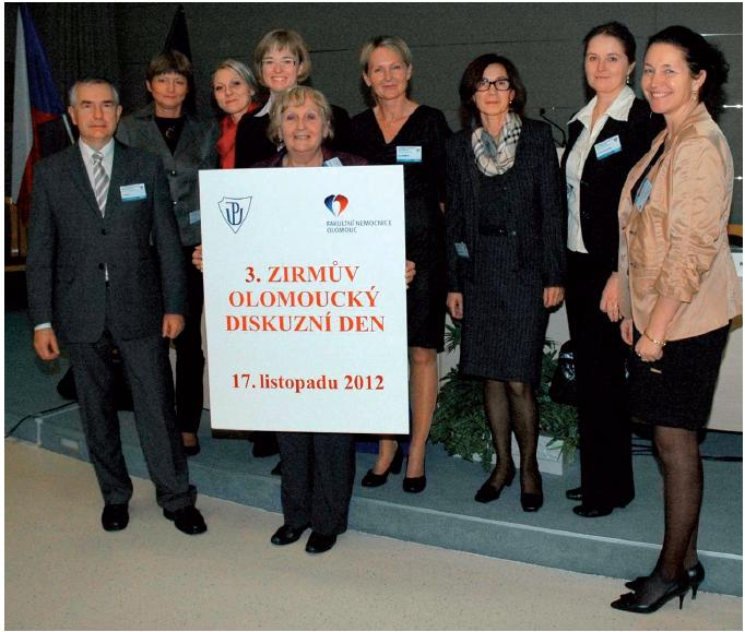 Obr. Organizační tým a panelisté (zleva): doc. MUDr. Jiří Řehák, CSc., FEBO (přednosta Oční kliniky LF UP a FNOL), MUDr. Hana Pešková (Oční ambulance, Praha), MUDr. Bc. Barbora Varadyová (Dětská oční klinika LF MU a FN, Brno), MUDr. Marta Karhanová, FEBO (Oční klinika LF UP a FNOL), doc. MUDr. Šárka Pitrová, CSc., FEBO (předsedkyně České oftalmologické společnosti, Privátní oční klinika JL, Praha), prim. MUDr. Klára Marešová, Ph.D. (Oční klinika LF UP a FNOL), prim. MUDr. Erika Vodrážková (předsedkyně Slovenské oftalmologické společnosti, Očná klinika SZU a UNB, Bratislava), MUDr. Pavlína Hrabčíková (Oční klinika LF UP a FNOL), doc. MUDr. Zuzana Hlinomazová, Ph.D. (Oční klinika LF MU a FN, Brno; Evropská oční klinika Lexum)