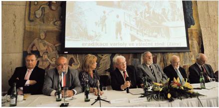 Panelová diskuze s veterány eradikace neštovic. Z leva: Dr. Carrasco (WHO), Dr. Kříž, Dr. Křížová (Kuzemenská), Dr. Ježek, Prof. Straka, Dr. Zikmund, Dr. Markvart.
