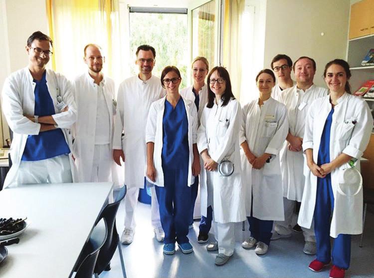 Kolektiv lékařů a zdravotních sester, kteří na klinice v Augsburgu pracují.