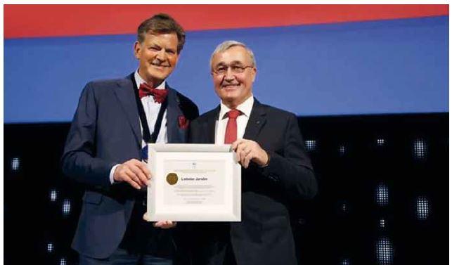 Doc. Jarolím (vpravo) přebírá čestné členství EAU z rukou odstupujícího generálního sekretáře EAU prof. Abrahamssona.