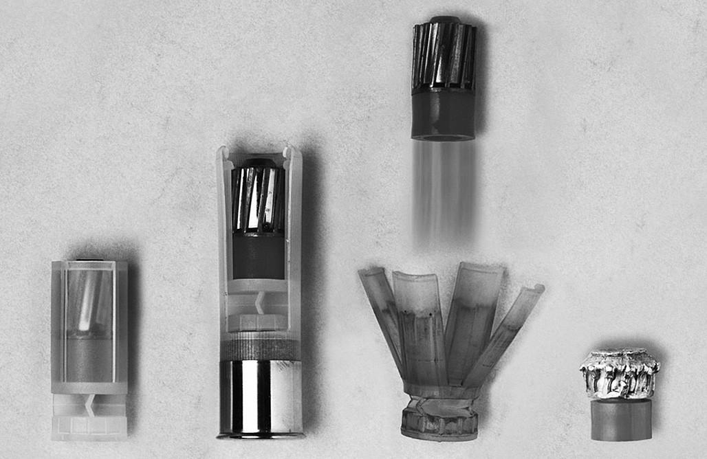 Podkaliberní střela Brenneke RubinSabot (Brenneke©). Zleva doprava: střela v plastovém obalu, střela s pouzdrem v nábojnici, střela krátce po opuštění hlavně a deformace střely při zásahu cíle
