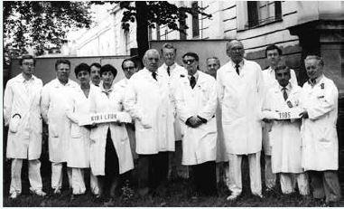 Pedagogický zbor I. internej kliniky LF UK v Bratislave (1985) v čase, keď bol prednostom prof. MUDr. Miroslav Mikulecký, DrSc. (v strede)
