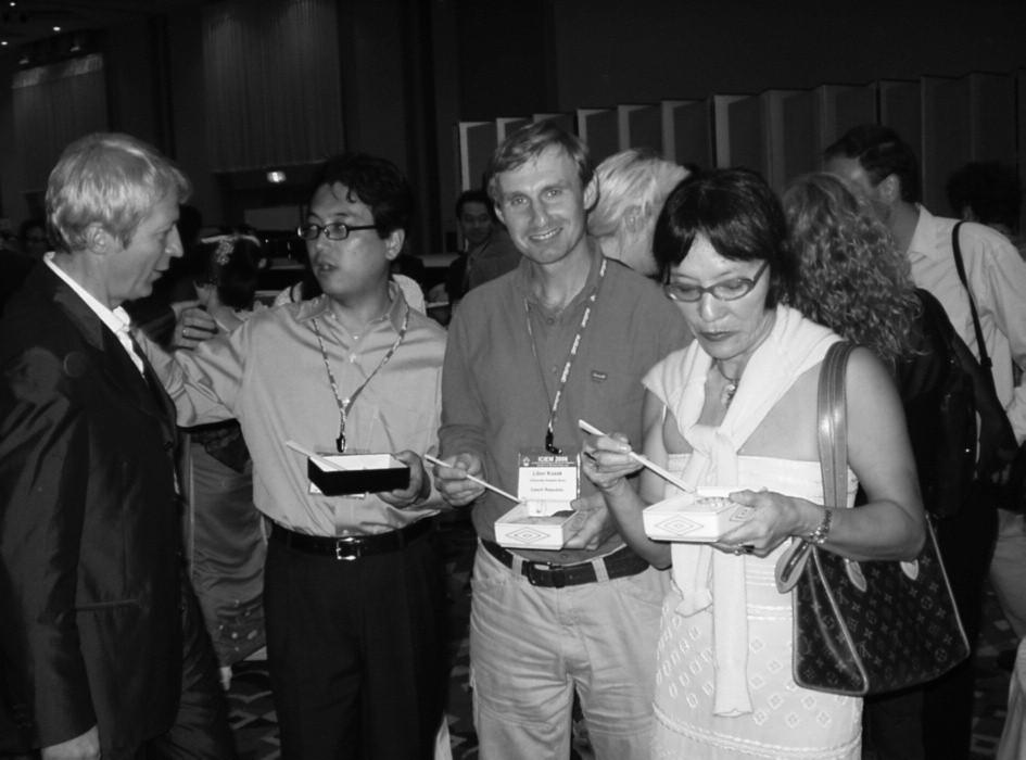 Libor Kozák (v strede) medzi priateľmi na svetovom kongrese o dedičných metabolických poruchách v Tokiu v septembri 2006.
