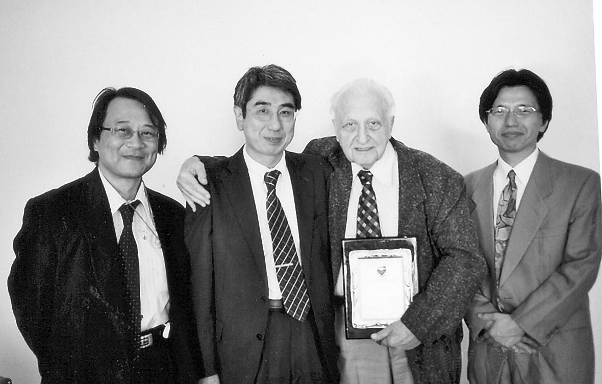 Zlatá plaketa udělená Japanese Society for Rotary Blood Pumps v roce 2009: zleva prof. T. Yambe, prof. J. Abe, prof. J. Vašků a prof. T. Isoyama