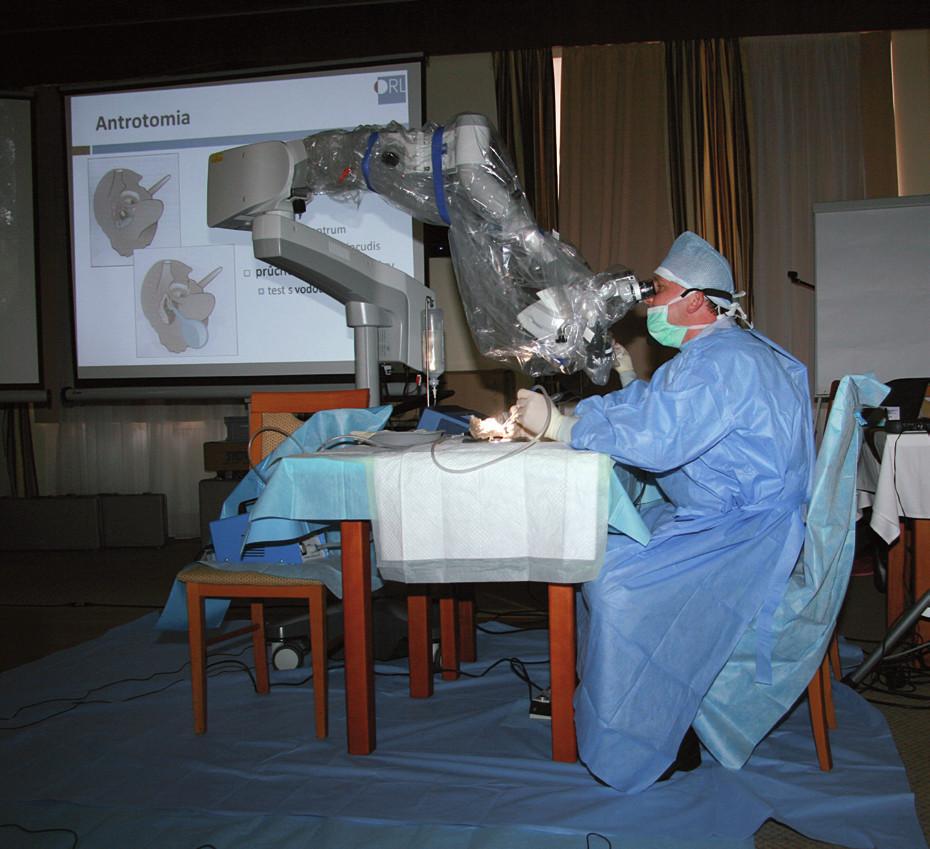 Demonstrace disekce spánkové kosti prof. Chrobokem.