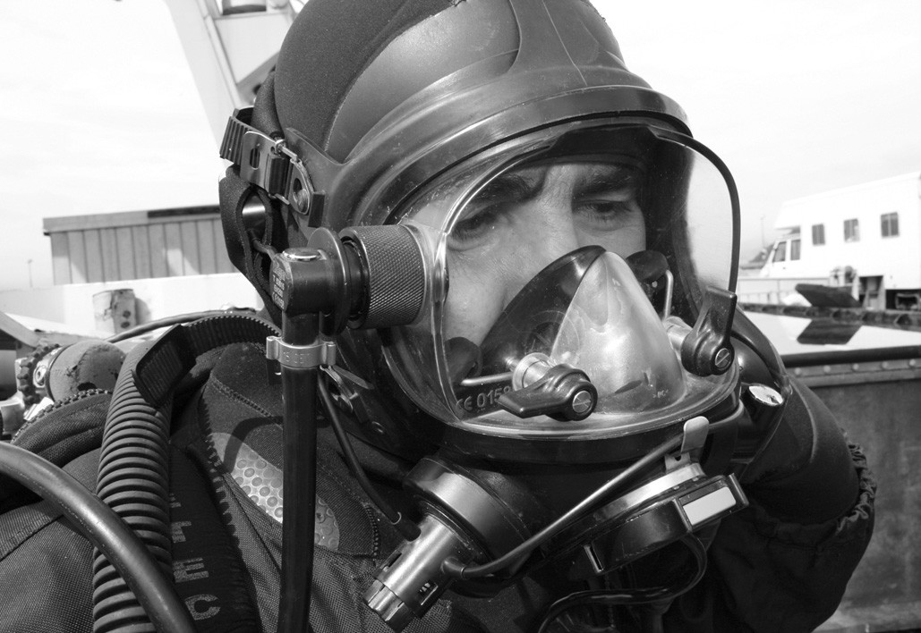 Figure 1. The commercial diver fully dressed. A full-face diving mask of a same type as being used in the analysed accident, without the protective diving helmet.