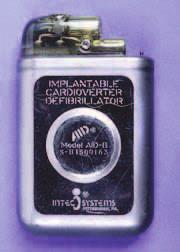 Jeden z prvních ICD. Tento model AID-B firmy INTEC System pochází z roku 1982. Jednalo se o neprogramovatelný přístroj schopný pouze vysokoenergetického výdeje.