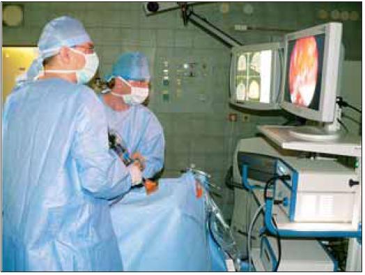 Postavení chirurgů při operaci.