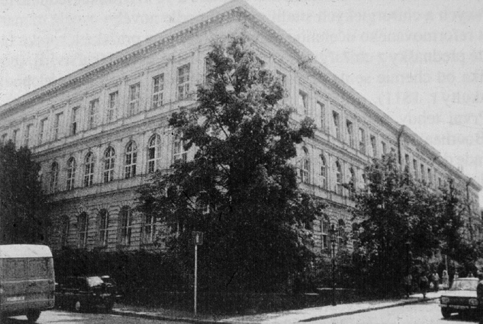 Budova bývalého Nalezince  V této budově sídlilo mj. anesteziologické oddělení. Dnes jsou v ní dětské kliniky 2. LF UK, z druhé strany sousedí s pražskou magistrálou.
