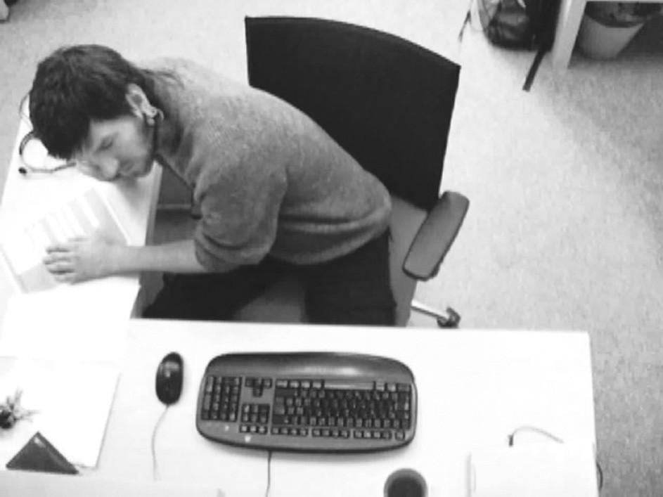 Respondent užívající nedostatečně ergonomické pracoviště Nevhodné sezení přední s rotací trupu doprava a hlavy doleva. Pracoviště není ergonomicky optimální, opěradlo židle flexibilně nekopíruje pohyb trupu.