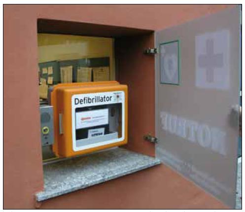 Veřejně přístupná vestavná skříňka s komunikačním zařízením (vlevo) a AED LIFEPAK (Physio-Control Inc., Redmond, WA, USA) na náměstí v německém Garmisch-Partenkirchenu (foto: AT, 2004).