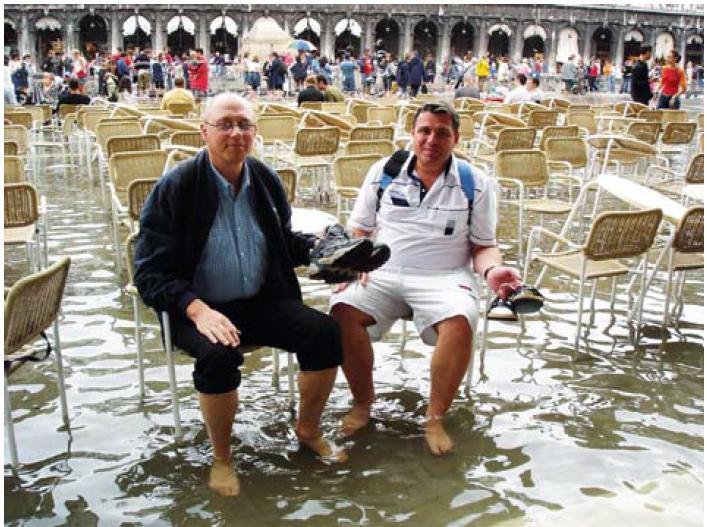 Občas nám teklo i do bot – posezení na náměstí St. Marco, Benátky.