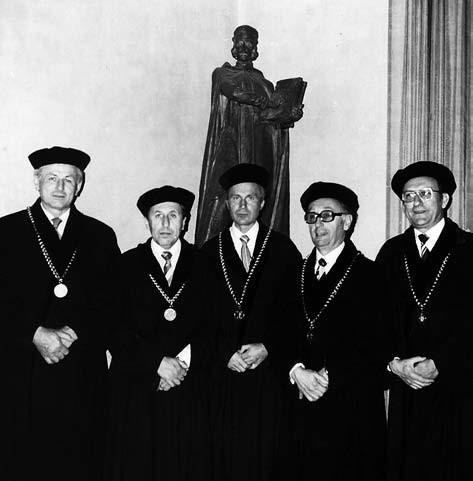 Začátek působení – snímek z roku 1980 (zleva): proděkan prof. K. Palát<sup>†</sup>, proděkan prof. V. Jokl<sup>†</sup>, děkan prof. J. Květina, proděkan prof. J. Gasparič<sup>†</sup> a spoluautor článku proděkan prof. J. Solich