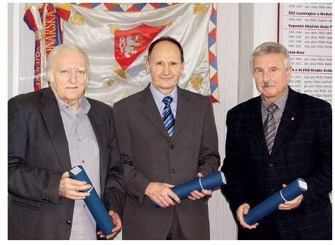 Noví čestní členové Odborné společnosti vojenských lékařů, farmaceutů a veterinárních lékařů ČLS JEP (zleva) – doc. J. Bajgar, MUDr. M. Veselý, MUDr. S. Konštacký