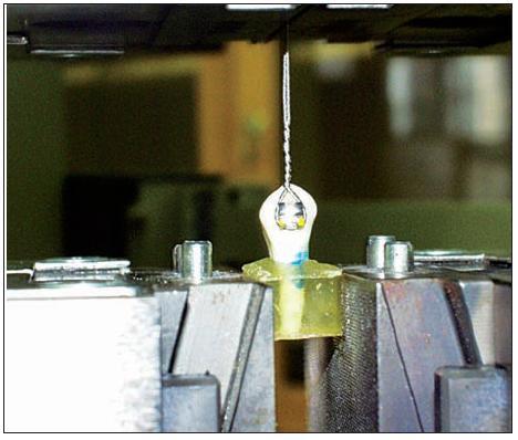Upevněný testovaný vzorek ve zkušebním stroji