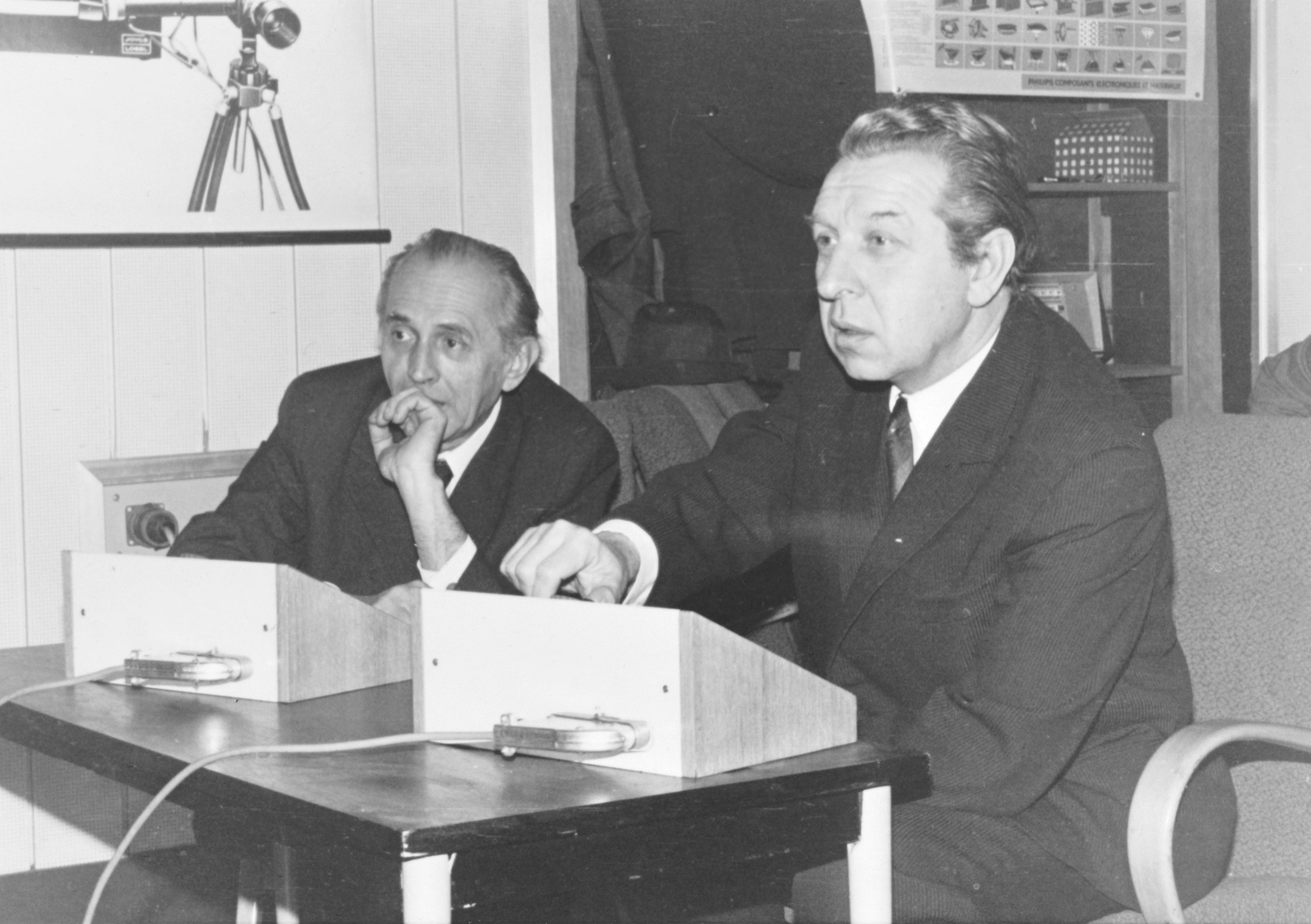 Docent Zelený (vlevo) s PhDr. Oldřichem Matouškem (vpravo) při oponentuře měření v České televizi v roce 1975