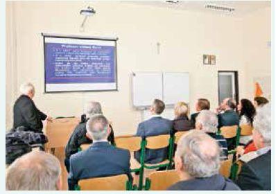 Prof. MUDr. Miroslav Mydlík, DrSc., počas prednášky o živote a diele prof. MUDr. Viliama Ganza, PhD., FACC v triede gymnázia