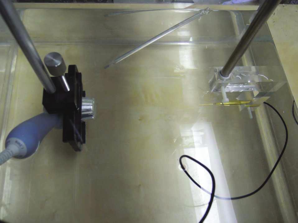 Experimentální uspořádání vysílače a detektoru pro charakterizaci materiálů.