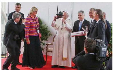 Papež František s dárkem – fonendoskopem.