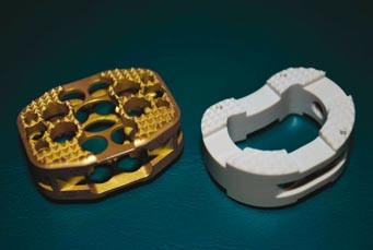 Vlevo na obrázku je titanový implantát SynCage (žlutý) a vpravo je PEEKový implantát Visios (bílý).