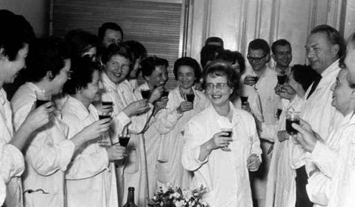 Tým 2. dětské kliniky v 60. letech 20. století; autorka je na snímku první zleva.
